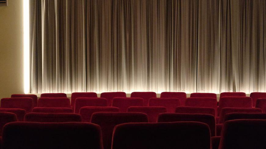 映画館 夜